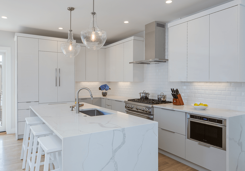 frameless/full-acesss white kitchen cabinets with an island and quartz countertops